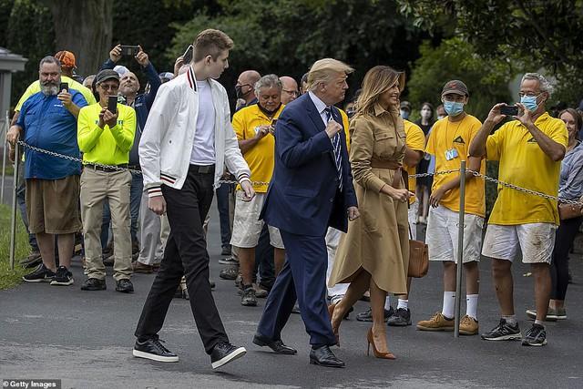 Hoàng tử Nhà Trắng Barron Trump lộ diện trước công chúng sau một thời gian dài vắng mặt, gây chú ý với chiều cao và vóc dáng khủng - Ảnh 4.
