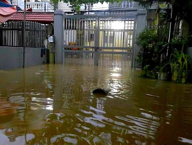 Hạ Long lại thất thủ sau mưa lớn: Sát biển sao đường phố vẫn chìm sâu trong nước? - Ảnh 5.