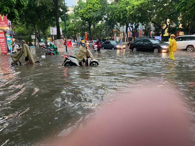 Hà Nội: Mưa to như trút nước lúc tan tầm, nhiều tuyến phố trung tâm lại biến thành sông - Ảnh 5.