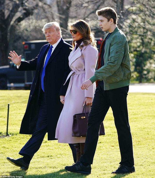 Hoàng tử Nhà Trắng Barron Trump lộ diện trước công chúng sau một thời gian dài vắng mặt, gây chú ý với chiều cao và vóc dáng khủng - Ảnh 5.