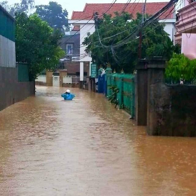 Hạ Long lại thất thủ sau mưa lớn: Sát biển sao đường phố vẫn chìm sâu trong nước? - Ảnh 6.