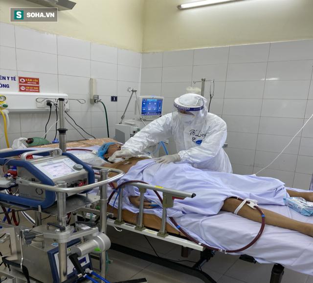 [Ảnh] Cận cảnh hành trình 15 ngày đưa bệnh nhân Covid-19 từ cửa tử trở về của các y bác sĩ ở tâm dịch Đà Nẵng - Ảnh 6.