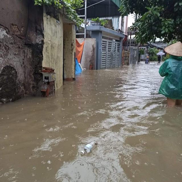 Hạ Long lại thất thủ sau mưa lớn: Sát biển sao đường phố vẫn chìm sâu trong nước? - Ảnh 7.