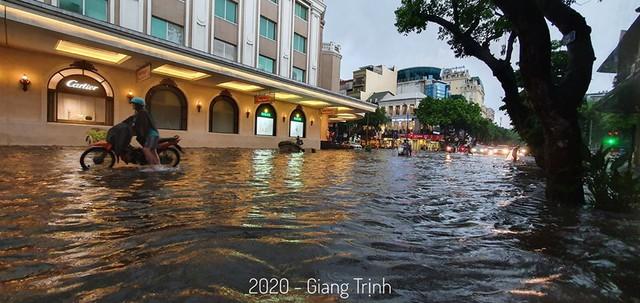Hà Nội: Mưa to như trút nước lúc tan tầm, nhiều tuyến phố trung tâm lại biến thành sông - Ảnh 7.