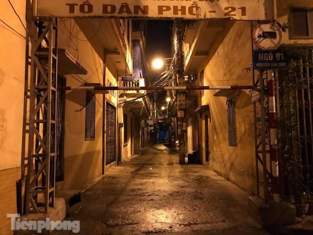 Phong tỏa ngõ trên phố Trương Định có người nghi mắc COVID-19 trong đêm - Ảnh 8.