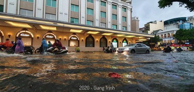 Hà Nội: Mưa to như trút nước lúc tan tầm, nhiều tuyến phố trung tâm lại biến thành sông - Ảnh 8.