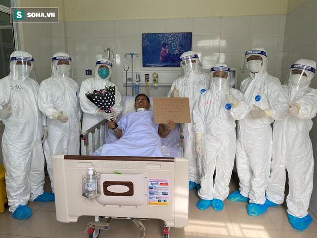 [Ảnh] Cận cảnh hành trình 15 ngày đưa bệnh nhân Covid-19 từ cửa tử trở về của các y bác sĩ ở tâm dịch Đà Nẵng - Ảnh 10.