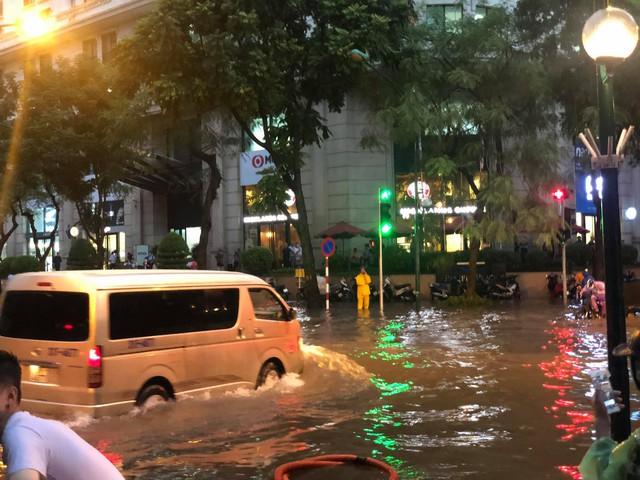 Hà Nội: Mưa to như trút nước lúc tan tầm, nhiều tuyến phố trung tâm lại biến thành sông - Ảnh 10.