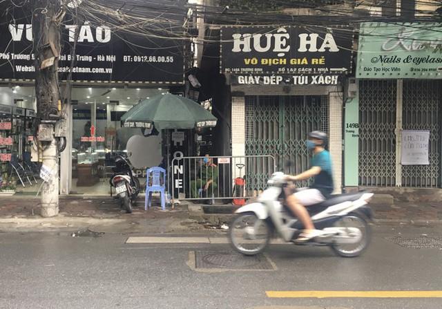 Nhịp sống trong ngõ trên phố Trương Định đang bị phong tỏa - Ảnh 1.