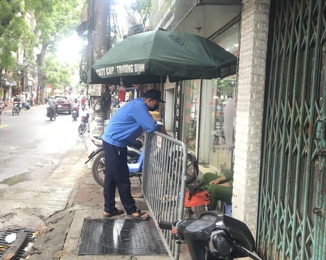 Nhịp sống trong ngõ trên phố Trương Định đang bị phong tỏa - Ảnh 2.