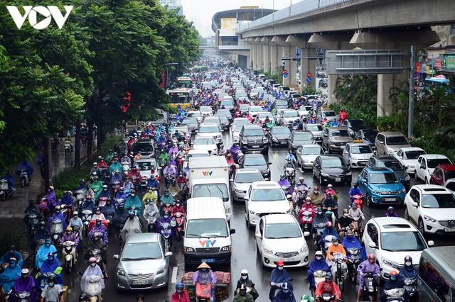 Giao thông Hà Nội hỗn loạn, tắc nghẽn trong sáng 18/8 - Ảnh 1.