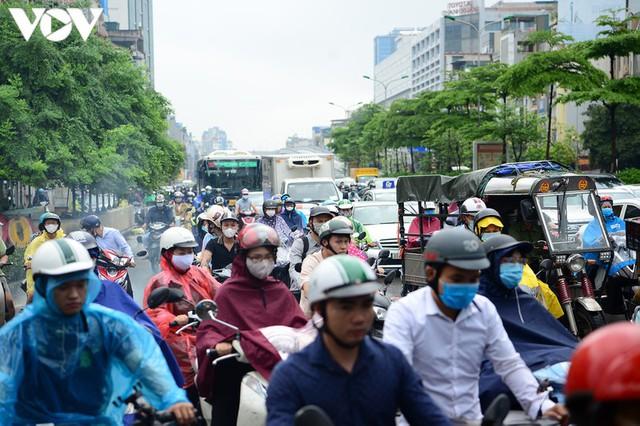 Giao thông Hà Nội hỗn loạn, tắc nghẽn trong sáng 18/8 - Ảnh 2.