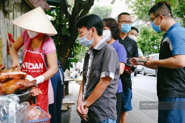 Có hàng thịt quay vỉa hè 30 năm tuổi ngon nức tiếng ở Hà Nội, không biển hiệu nhưng chiều nào cũng nườm nượp khách xếp hàng - Ảnh 1.