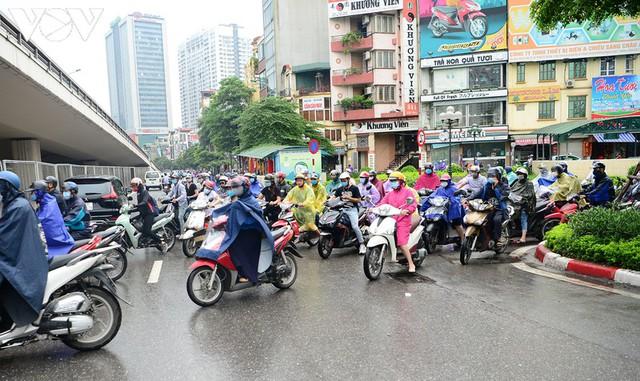 Giao thông Hà Nội hỗn loạn, tắc nghẽn trong sáng 18/8 - Ảnh 11.