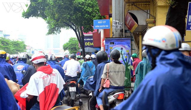 Giao thông Hà Nội hỗn loạn, tắc nghẽn trong sáng 18/8 - Ảnh 12.