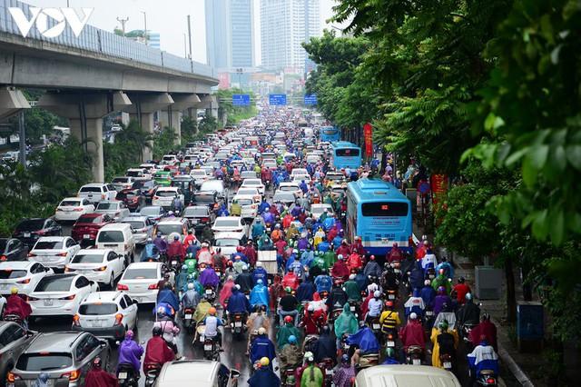 Giao thông Hà Nội hỗn loạn, tắc nghẽn trong sáng 18/8 - Ảnh 3.