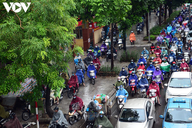 Giao thông Hà Nội hỗn loạn, tắc nghẽn trong sáng 18/8 - Ảnh 4.