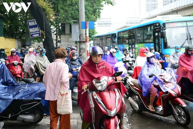 Giao thông Hà Nội hỗn loạn, tắc nghẽn trong sáng 18/8 - Ảnh 5.