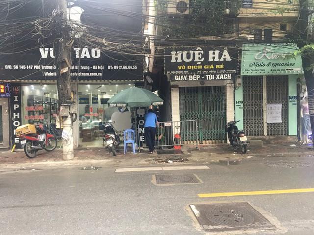 Nhịp sống trong ngõ trên phố Trương Định đang bị phong tỏa - Ảnh 6.