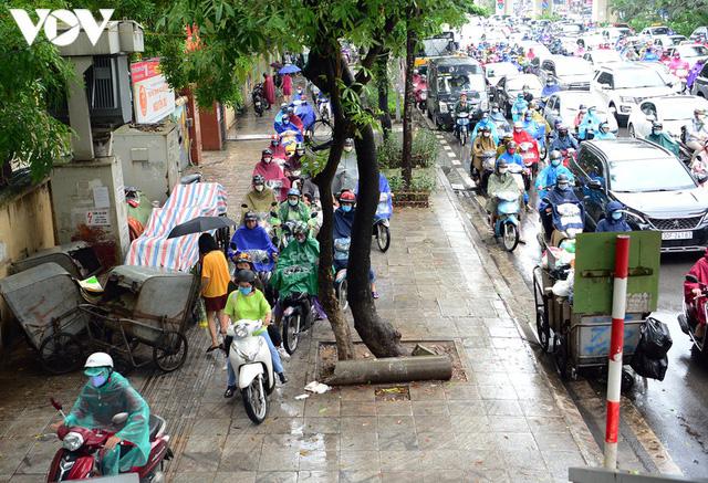 Giao thông Hà Nội hỗn loạn, tắc nghẽn trong sáng 18/8 - Ảnh 6.