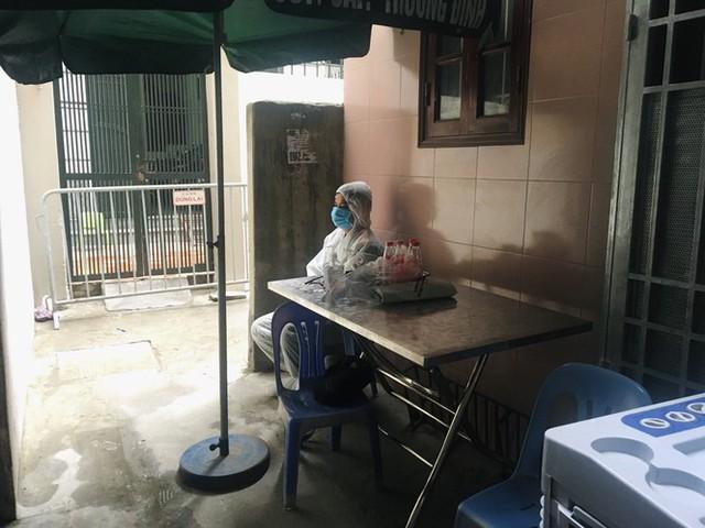 Nhịp sống trong ngõ trên phố Trương Định đang bị phong tỏa - Ảnh 7.