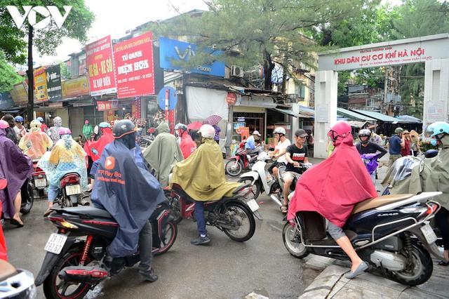 Giao thông Hà Nội hỗn loạn, tắc nghẽn trong sáng 18/8 - Ảnh 7.