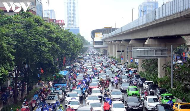 Giao thông Hà Nội hỗn loạn, tắc nghẽn trong sáng 18/8 - Ảnh 8.