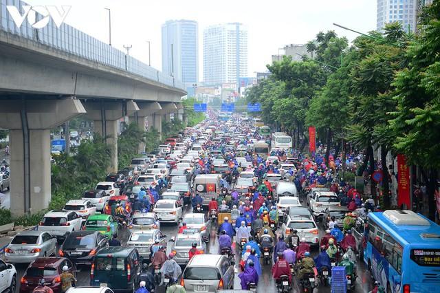 Giao thông Hà Nội hỗn loạn, tắc nghẽn trong sáng 18/8 - Ảnh 9.