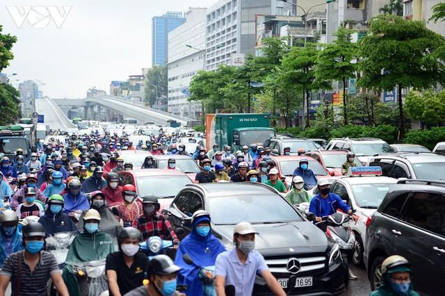 Giao thông Hà Nội hỗn loạn, tắc nghẽn trong sáng 18/8 - Ảnh 10.