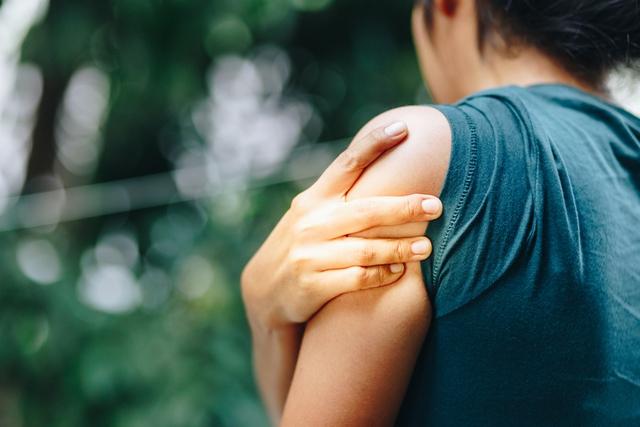 Khi bị mất canxi quá nhanh, cơ thể sẽ có 5 dấu hiệu cực dễ nhầm lẫn với bệnh vặt: Nếu không sớm khắc phục, bạn có thể bị mất xương hoặc thêm ốm yếu - Ảnh 1.