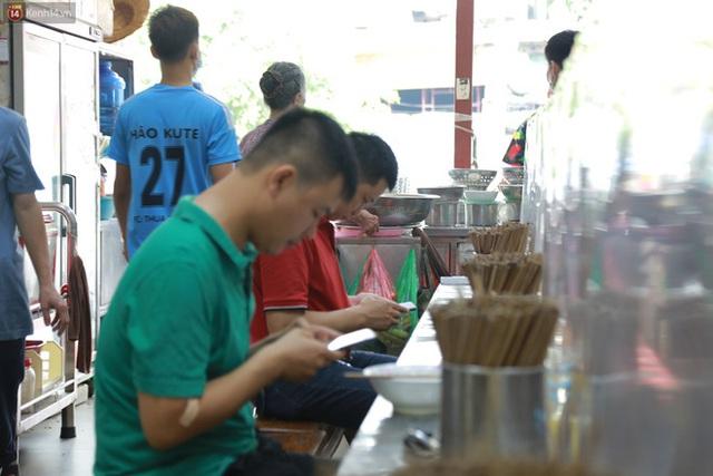 Hà Nội trong ngày đầu tiên giãn cách hàng quán: Bàn được lắp vách ngăn, khách ngồi cách xa nhau hơn 1 mét - Ảnh 13.