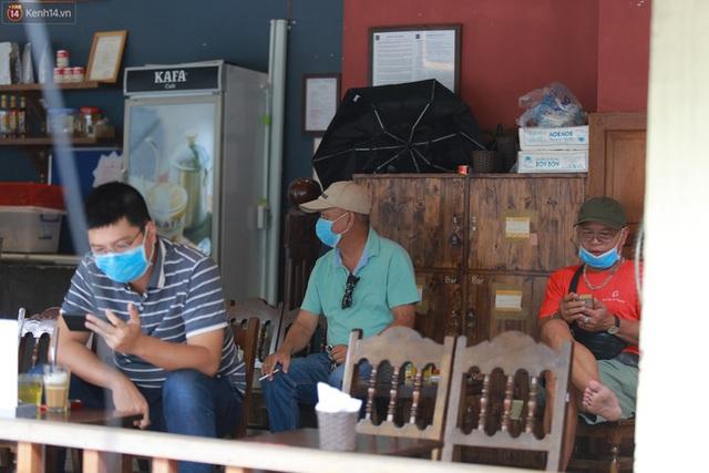 Hà Nội trong ngày đầu tiên giãn cách hàng quán: Bàn được lắp vách ngăn, khách ngồi cách xa nhau hơn 1 mét - Ảnh 20.