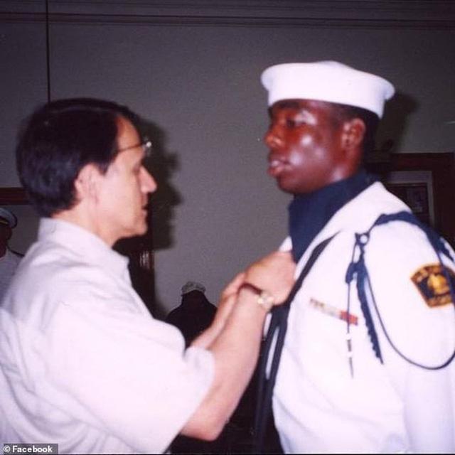 Người bảo vệ dành 5 năm theo đuổi ngành y, làm thêm tại bệnh viện để học hỏi bác sĩ và giờ đứng trong đội ngũ tuyến đầu chống dịch - Ảnh 3.
