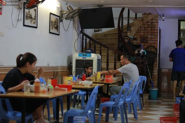 Hà Nội trong ngày đầu tiên giãn cách hàng quán: Bàn được lắp vách ngăn, khách ngồi cách xa nhau hơn 1 mét - Ảnh 21.
