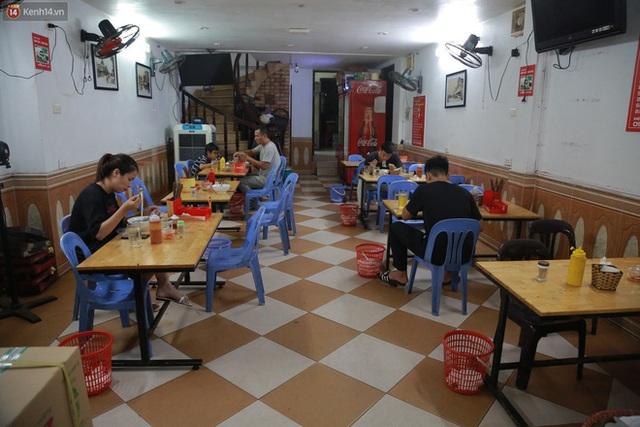 Hà Nội trong ngày đầu tiên giãn cách hàng quán: Bàn được lắp vách ngăn, khách ngồi cách xa nhau hơn 1 mét - Ảnh 22.