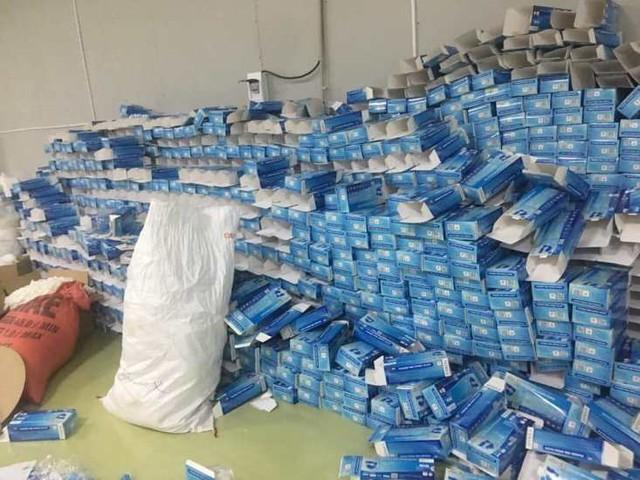 Phát hiện nhà xưởng 2.000m2 dùng để đóng găng tay tái chế tại khu Công nghiệp Lương Sơn - Ảnh 1.