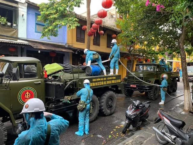 Quân đội phun hóa chất khử trùng ở TP Hội An - Ảnh 2.