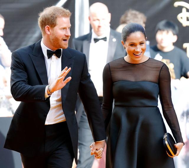 Bị yêu cầu rời hoàng gia vĩnh viễn, nhà Meghan Markle vẫn có ý định quay về và thông tin mới về mối quan hệ giữa Harry và Nữ hoàng Anh - Ảnh 1.