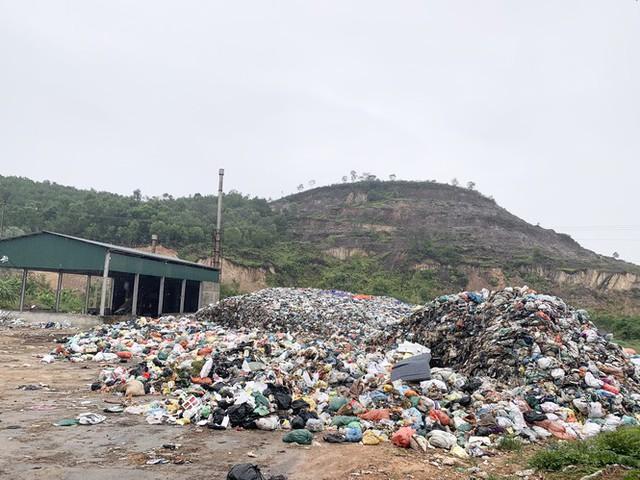 Lò đốt tiền tỷ vừa dùng đã bỏ không, hơn 2.000 tấn rác chất như núi - Ảnh 1.