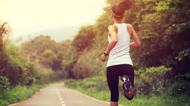 Sau tuổi 50, phụ nữ nếu vẫn thực hiện trơn tru 3 bài tập này nghĩa là cơ thể bạn vẫn còn dẻo dai, tràn đầy sức sống - Ảnh 4.