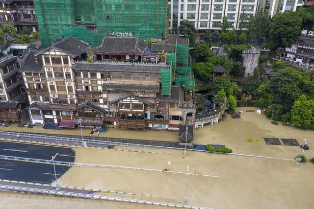 2 đợt lũ trên 2 sông cùng tập kích Trùng Khánh (TQ): Lũ cao nhất trong 40 năm, nước gần nhấn chìm biển tên đường - Ảnh 4.
