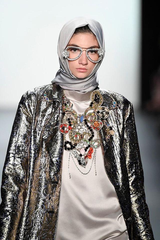 Công nương bất trị của Ả Rập: Tóc ngắn cá tính, không khăn trùm đầu, vượt ra mọi quy chuẩn hà khắc nhưng vẫn rất được lòng dân - Ảnh 6.