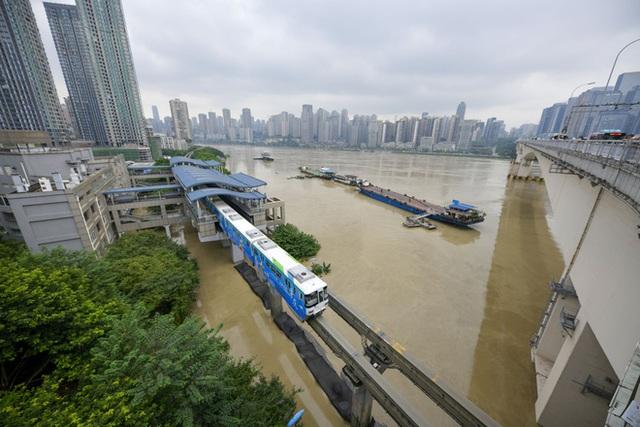 2 đợt lũ trên 2 sông cùng tập kích Trùng Khánh (TQ): Lũ cao nhất trong 40 năm, nước gần nhấn chìm biển tên đường - Ảnh 7.