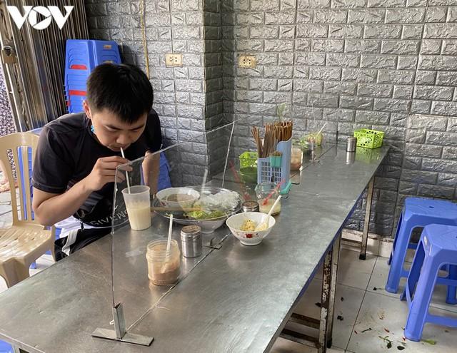 Hàng quán Hà Nội thiết lập lá chắn phòng, chống dịch COVID-19 - Ảnh 2.