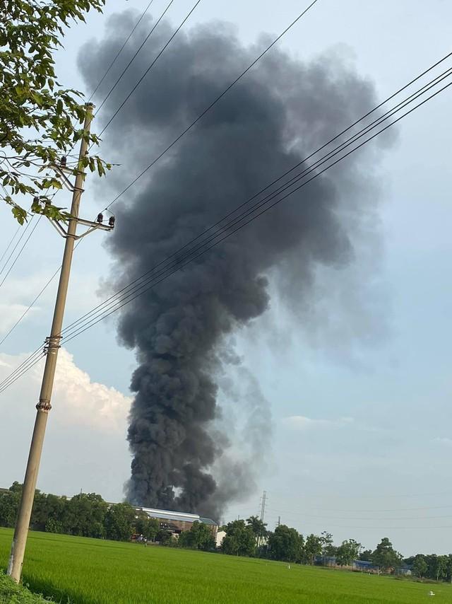 Cháy lớn tại Cụm Công nghiệp Bình Phú - Hà Nội - Ảnh 1.