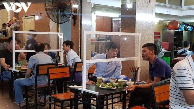 Hàng quán Hà Nội thiết lập lá chắn phòng, chống dịch COVID-19 - Ảnh 3.