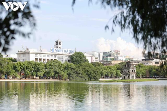 Sau hợp long bờ kè, Hà Nội gấp rút hoàn thiện vỉa hè xung quanh Hồ Gươm - Ảnh 1.