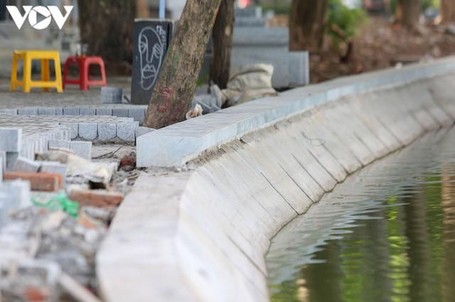 Sau hợp long bờ kè, Hà Nội gấp rút hoàn thiện vỉa hè xung quanh Hồ Gươm - Ảnh 2.