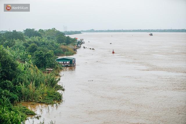 Ảnh, clip: Nước sông Hồng dâng cao, người dân Hà Nội bì bõm tập thể dục - Ảnh 1.