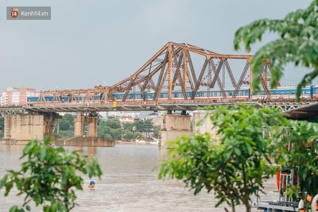 Ảnh, clip: Nước sông Hồng dâng cao, người dân Hà Nội bì bõm tập thể dục - Ảnh 2.